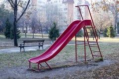Scorrevole nel parco nei precedenti di autunno immagini stock