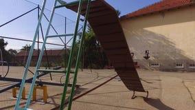 Scorrevole vuoto per i bambini nel parco archivi video