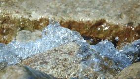 Scorrimenti dell'acqua beventi puliti e glaciali giù dalle montagne video d archivio