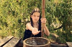 Scorrimenti dell'acqua dalle mani della ragazza tonificate fotografie stock libere da diritti