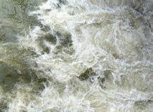 Scorrimenti dell'acqua di zangolatura con l'alta diga anteriore Immagine Stock Libera da Diritti