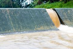 Scorrimenti dell'acqua sopra la diga Immagini Stock Libere da Diritti