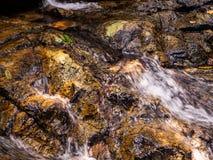 Scorrimenti dell'acqua sopra le rocce della cascata su Koh Phangan fotografia stock