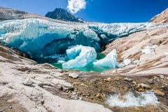 Scorrimenti dell'acqua sotto il ghiacciaio di Aletsch, che si fonde Immagine Stock Libera da Diritti