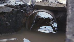 Scorrimenti dell'acqua sporchi attraverso la condotta di cemento al sito archivi video