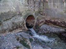 Scorrimenti dell'acqua tramite il tubo 3 Fotografia Stock Libera da Diritti