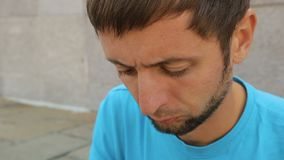 Scorrimento barbuto sul suo telefono cellulare moderno, applicazione turistica dell'uomo della guida stock footage