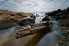 Scorrimento dell'acqua attraverso il legname fotografie stock