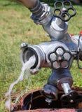 Scorrimento dell'acqua che esce da un idrante antincendio Fotografia Stock