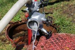 Scorrimento dell'acqua che esce da un idrante antincendio Immagini Stock Libere da Diritti