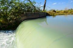 Scorrimento dell'acqua del canale Fotografia Stock Libera da Diritti