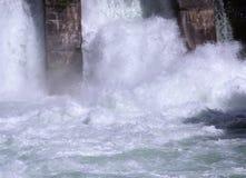 Scorrimento dell'acqua della centrale elettrica di energia idroelettrica Fotografia Stock