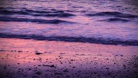 Scorrimento dell'acqua della spiaggia di messa a terra solida Fotografie Stock Libere da Diritti