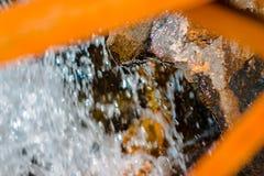 Scorrimento dell'acqua delle pietre sparate fra le poste del ponte immagini stock libere da diritti