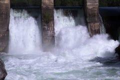 Scorrimento dell'acqua di energia idroelettrica Fotografie Stock