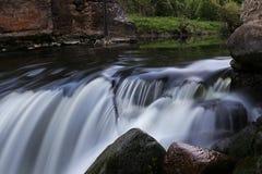 Scorrimento dell'acqua nel fiume della montagna Fotografia Stock Libera da Diritti