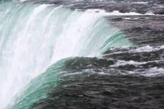 Scorrimento dell'acqua potente al cascate del Niagara fotografie stock libere da diritti
