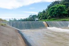 Scorrimento dell'acqua sopra la diga Fotografia Stock Libera da Diritti