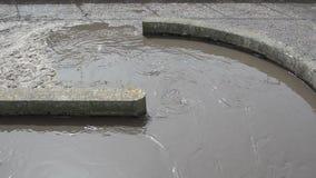 Scorrimento dell'acqua sporco delle acque luride stock footage
