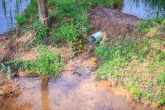 Scorrimento dell'acqua sul tubo blu di drenaggio del PVC nell'azienda agricola del riso P usata agricoltore Fotografia Stock Libera da Diritti
