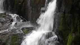 Scorrimento dell'acqua sulle rocce della cascata di Skakalo archivi video