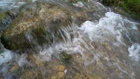 Scorrimento dell'acqua veloce stock footage
