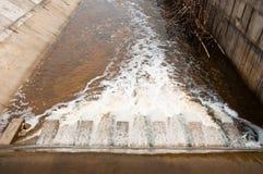 Scorrimento della diga del fiume. Fotografie Stock