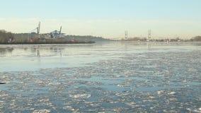 Scorrimento Fraser River Ice, Columbia Britannica stock footage
