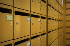 Scorta di sicurezza di legno delle cassette delle lettere di file delle colonne di matrice ordinata griglia Immagini Stock