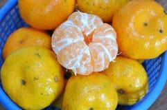 Scorza d'arancia dell'ombelico fuori sul canestro blu Fotografia Stock Libera da Diritti