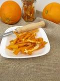 Scorza d'arancia secca dalle arance organiche Fotografie Stock