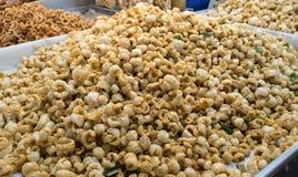 Scorze della carne di maiale o spuntini fritti nel grasso bollente della pelle della carne di maiale, alimento della Tailandia Immagine Stock