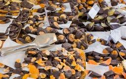 Scorze di limone ricoperte di cioccolato fondente Pasticceria siciliana tipica, Italia fotografie stock libere da diritti
