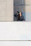 Scossa bevente della proteina della donna di forma fisica dopo l'allenamento urbano Fotografie Stock