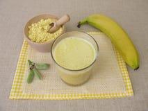 Scossa del vegano con la farina e la banana del lupino immagini stock libere da diritti