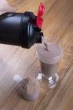 Scossa della proteina, agitatore e mestolo rotondo Fotografia Stock