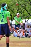 Scossa di due uomini la palla nel gioco di pallavolo di scossa, takraw del sepak Immagini Stock