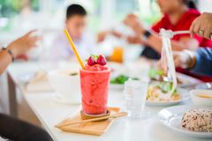 Scossa di Juice Strawberry sulla tavola bianca in ristorante immagine stock