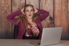 Scossa di marrone rossiccio dell'ufficio del computer della donna fotografia stock