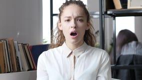 Scossa inattesa per rovesciare la donna di affari, ufficio dell'interno Immagine Stock Libera da Diritti