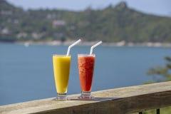 Scossa organica fresca due dal mango e dall'anguria in ristorante tailandese sulla spiaggia vicino al mare in Tailandia immagine stock