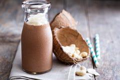 Scossa sana della noce di cocco del cioccolato del vegano fotografie stock