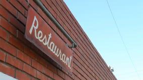 Scosse del segno del ristorante nel vento un chiaro giorno video d archivio