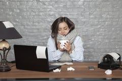 Scosse malate della donna di affari da freddo Fotografia Stock