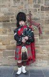 Scotsman die de doedelzak spelen Stock Fotografie