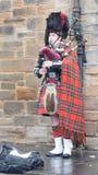 Scotsman en el vestido tradicional que toca las gaitas A Imagen de archivo libre de regalías