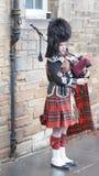 Scotsman en el vestido tradicional que toca las gaitas B Foto de archivo