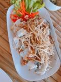 Scotti la cernia servita con aglio fritto e lo zenzero fresco affettato fotografie stock