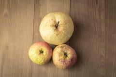 Scotti la mela e la pera del cinese su fondo di legno Immagini Stock Libere da Diritti