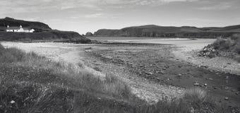 Scottish благоустраивают с пляжем и потоком highlands Шотландия стоковая фотография